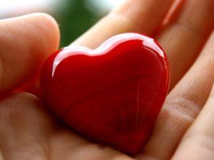 cuore rosso in mano
