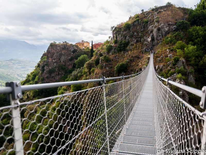 Il ponte tibetano e il castello medievale
